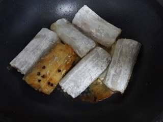 红烧带鱼,5.带鱼放在油锅中炸至两面金黄色。