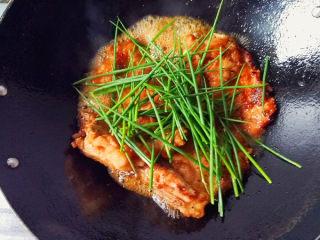 红烧香葱大排,再倒入煎好的大排,倒入适量的料酒,生抽,清水,再把香葱全部放入锅中