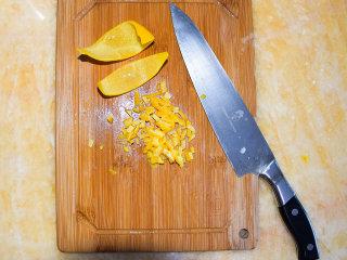 香橙酱,将煮好的果皮冷却后切成细丁,要尽量切得细一点,这样口感更佳。