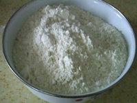 自制熟面粉,将面粉装入容器中