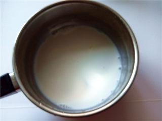 秋冬季养胃暖身最佳饮品--姜枣奶茶,将牛奶倒入小奶锅中;