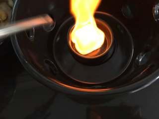 干锅牛蛙,点燃洒精炉煲。