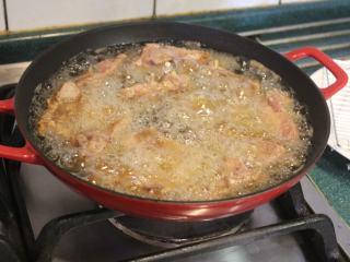 香酥排骨,放入排骨。今天用广口锅浅油来炸,先炸约2分。