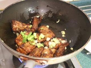 香酥排骨,放入炸好的排骨,拌炒一下,洒入葱花就可起锅。