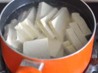 五花肉豆腐锅,豆腐切片,下锅煮1分钟捞出。