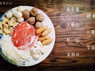麻辣香锅   🌶辣,是饭桌上不可或缺的一味,准备【肉类食材】:鱼豆腐,牛筋丸,虾饺,羊肉片,鳕鱼丸,小香肠,牛百叶