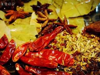麻辣香锅   🌶辣,是饭桌上不可或缺的一味,制作香料油:重新起锅,加入花椒、香叶、八角、草果、茴香、干辣椒,小火加热,过滤后留香料油备用。