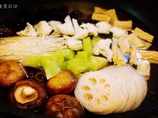 麻辣香锅   🌶辣,是饭桌上不可或缺的一味,所有的蔬菜类同样用水焯一遍。