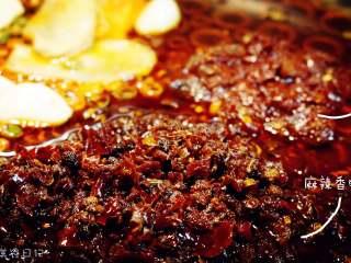 麻辣香锅   🌶辣,是饭桌上不可或缺的一味,加入豆瓣酱和麻辣香锅料。