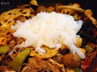 麻辣香锅   🌶辣,是饭桌上不可或缺的一味,最后放牛肚。盖上锅盖,焖一小会。