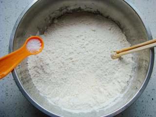 葡萄干司康,面粉里加入盐,搅拌几下。