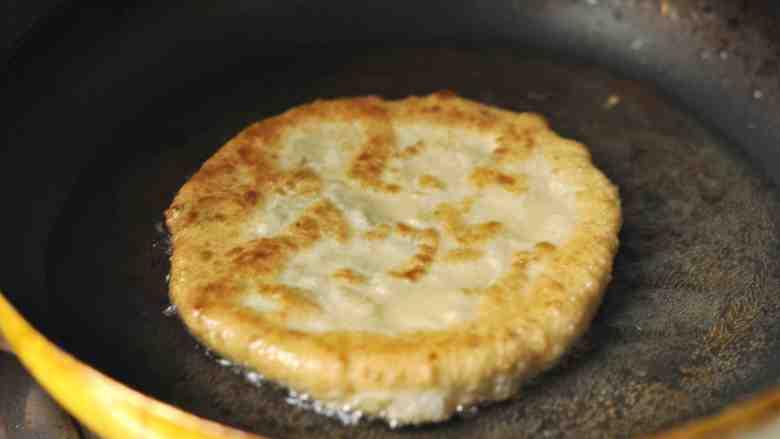 香菇、莲藕素馅饼,翻面,继续煎至微黄,出锅