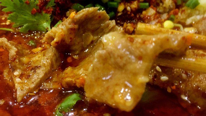 水煮牛肉,在碗中撒上葱花+<a style='color:red;display:inline-block;' href='/shicai/ 131'>香菜</a>叶,一碗正宗的水煮牛肉就做成了。