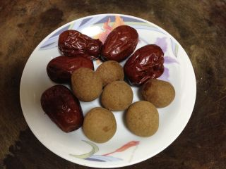 黄芪红枣土鸡汤,红枣洗净、桂圆去皮