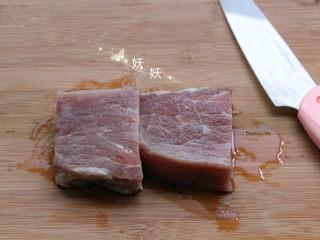 香脆猪排,猪肉提前用清水浸泡一下,逼出血水。