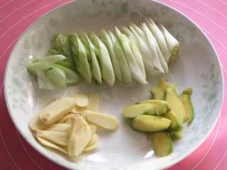 焖猪蹄,焯水期间,葱切斜刀,姜蒜切片