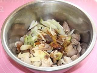 焖猪蹄,如图,加老抽 生抽 白胡椒粉  料酒