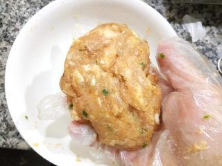 鲜肉小笼包,最好是戴上一次性手套,将肉馅摔打几下,使其上劲,这样口感更好。