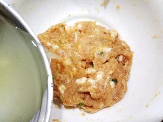 鲜肉小笼包,然后倒入姜蒜水,加多少视情况而定。