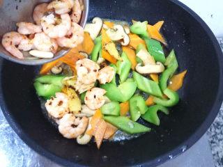 五彩虾仁,然后下入翻炒过的虾仁,混合翻炒一下。