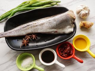 红烧明太鱼,提前将原材料准备好  叨叨叨:因为明太鱼属于冷冻食品,所以需要提前将鱼进行解冻,清洗干净内脏