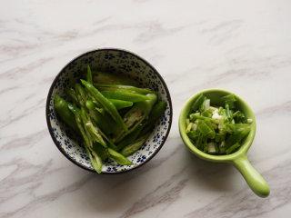 红烧明太鱼,将青椒切成切刀片、葱切成花儿