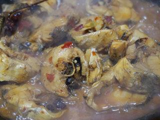 红烧明太鱼,烧鱼期间为了保证鱼肉不被破坏,可以轻轻晃动锅或者用铲子轻轻翻动鱼肉