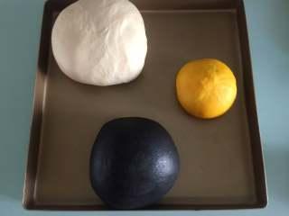 胖企鹅挤挤包, 三个面团放入烤箱低温发酵1小时左右至两倍大
