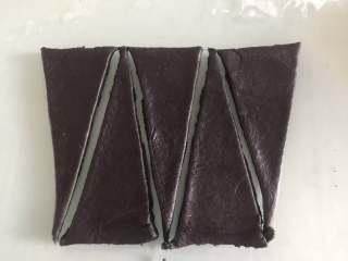 胖企鹅挤挤包,黑色面团压扁排气擀成薄片,切出5个三角形