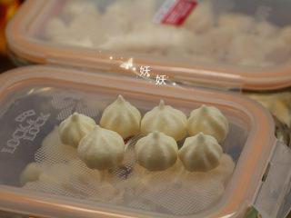 酸奶溶豆,烤好纹路也非常漂亮,烤好以后取出马上装入容器密封起来,不然接触空气很容易疲软掉,装入保鲜盒后能保持很长时间。