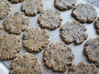 粗粮燕麦饼干,11.共分19份,用手将圆球压扁,类似桃酥状,摆放在铺有油布的烤盘上。