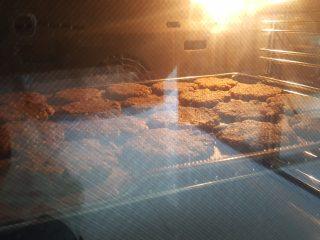 粗粮燕麦饼干,12.放入已预热好的烤箱中,上下火170度,中层烤25分钟左右。