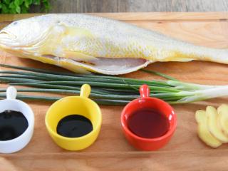 快手版红烧大黄鱼问世,简单操作,味道鲜美!, 黄鱼 1条、葱 30g、姜 5g 生抽 20g、老抽 5g、料酒 20g、盐 2.5g