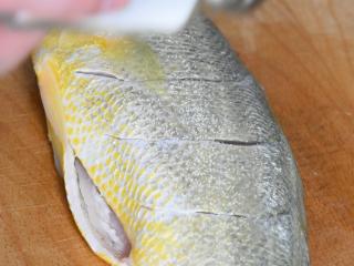 快手版红烧大黄鱼问世,简单操作,味道鲜美!,撒少许盐,均匀涂抹