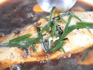 快手版红烧大黄鱼问世,简单操作,味道鲜美!,开盖,大火收汁,同时将汤汁淋在鱼身上
