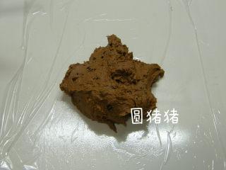 巧克力脆棒,取一张保鲜膜平铺在台面,将混好的面糊放在保鲜膜上。
