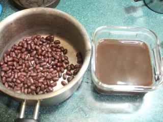 红豆饭,煮好时,大约有2/3杯煮好的红豆和1.5杯的红豆汁。
