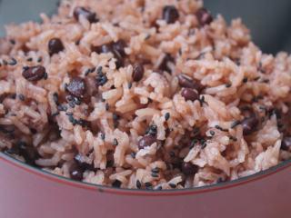 红豆饭,食用时,洒上黑芝麻盐在饭上即可。红豆饭一定要加黑芝麻盐才会好吃。其实不仅是祝贺用,本身红豆饭简单清爽就是很好吃。吃不完可以冷藏或冷冻保存。