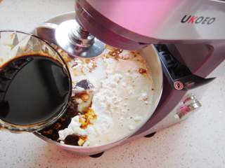 葡萄干红糖欧包,倒入红糖水。