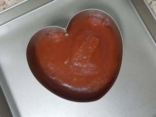 美味山楂糕,9.当山楂糊炒至十分浓稠,滴落的山楂糊不易容于其中时,再炒一会儿就好了,用勺子舀到慕斯模中定型。