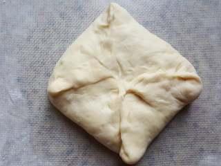 黑芝麻酱吐司,9.用面将馅料包起来。
