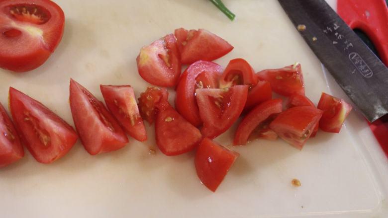 西红柿炒蛋,西红柿切片后再切为小块。