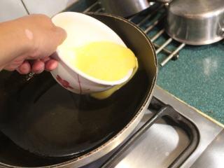 西红柿炒蛋,先炒蛋,将蛋汁沿锅壁的边缘倒入,不可直接倒在油锅中央。