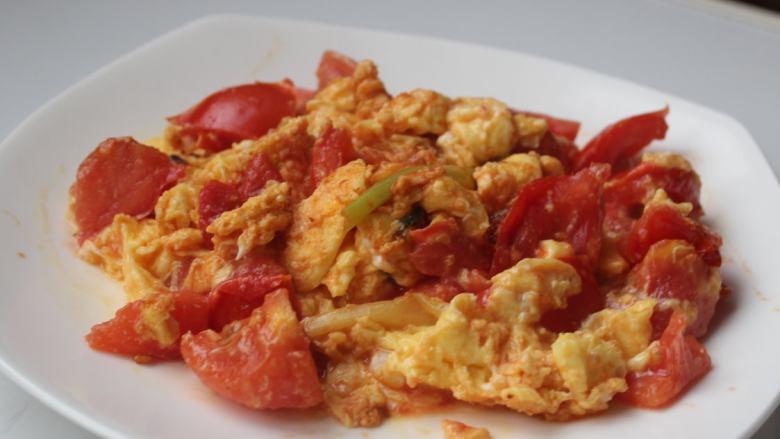 西红柿炒蛋,盛盘上桌!