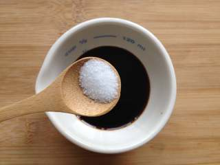 葱油面,将生抽、老抽、盐和糖放入碗中