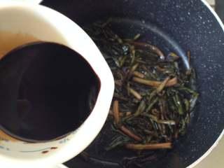 葱油面,待油温稍微冷却后再倒入调味汁,小火再煮1分钟左右即可