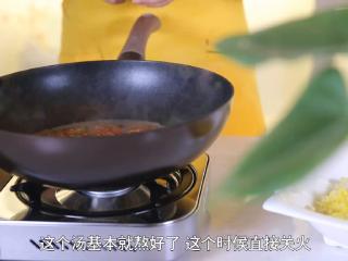 二娘美食:自从学会这道菜,胃病就再也没犯了!,锅中留汤,放入皮蛋、香肠、辣椒,再次煮开,煮至汤浓稠。