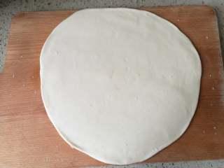 香蕉披萨,3.取其中一个生胚,擀成圆形