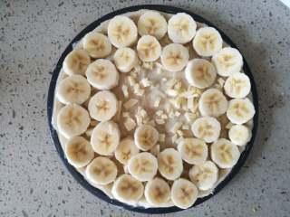 香蕉披萨,10.披萨盘中码一层奶酪碎,再码一层香蕉片