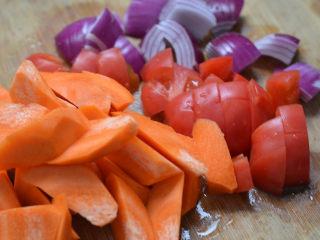 沙茶酱炖牛肉,牛肉米粉,两吃才更美,西红柿,胡萝卜,洋葱切块备用。
